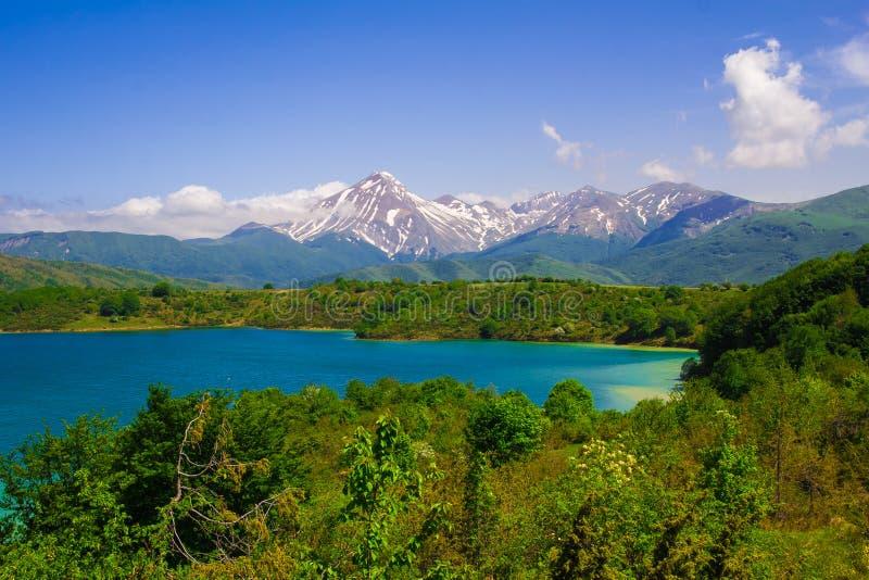 Vacaciones de verano en el lago Campotosto foto de archivo