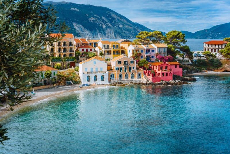 Vacaciones de verano en Grecia, pueblo colorido pintoresco Assos en Kefalonia fotografía de archivo