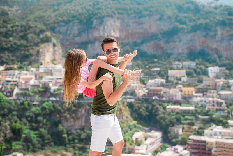 Vacaciones de verano en Italia Hombre joven y niño en el pueblo en el fondo, costa de Amalfi, Italia de Positano foto de archivo