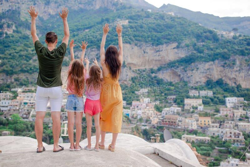 Vacaciones de verano en Italia Mujer joven en el pueblo en el fondo, costa de Amalfi, Italia de Positano fotos de archivo libres de regalías