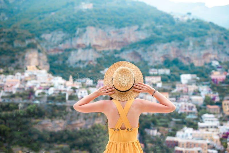 Vacaciones de verano en Italia Mujer joven en el pueblo en el fondo, costa de Amalfi, Italia de Positano imágenes de archivo libres de regalías