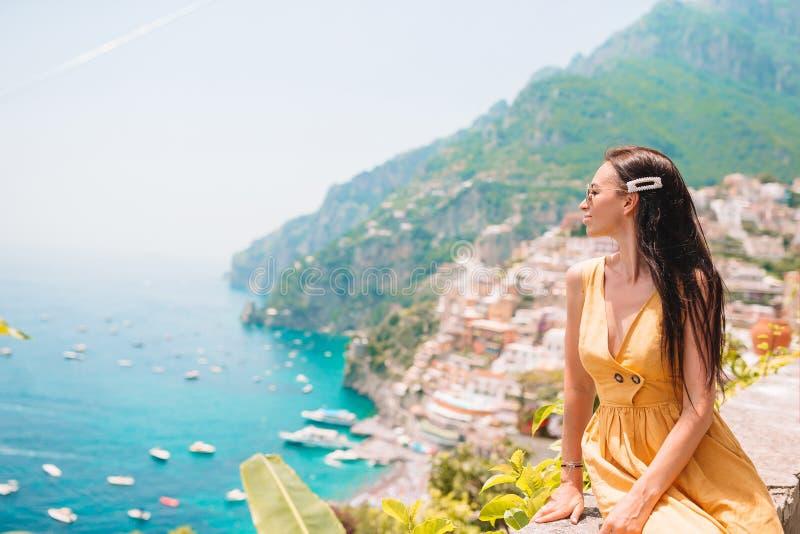 Vacaciones de verano en Italia Mujer joven en el pueblo en el fondo, costa de Amalfi, Italia de Positano imagenes de archivo