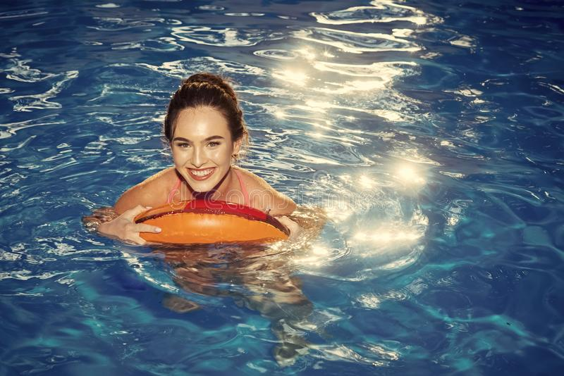 Vacaciones de verano Goce de la mujer del bronceado en bikini en el colchón inflable en la piscina fotografía de archivo