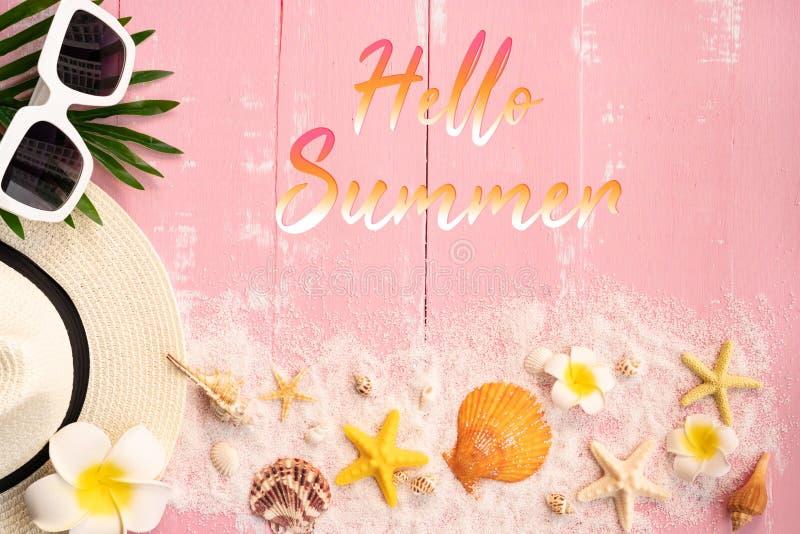 Vacaciones de verano hermosas, accesorios de la playa, conchas marinas, arena, sombrero, gafas de sol y licencia de la palma en f imagen de archivo libre de regalías
