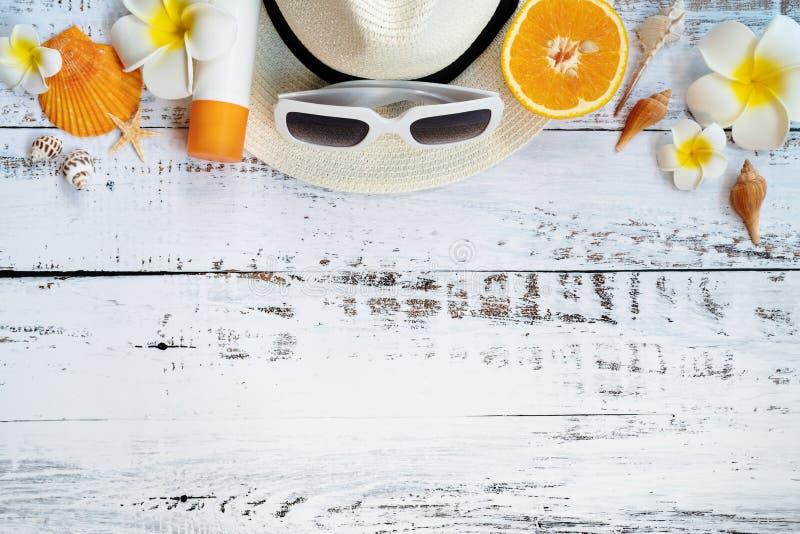 Vacaciones de verano hermosas, accesorios de la playa, naranja, gafas de sol, sombrero y c?scaras en fondos de madera fotografía de archivo