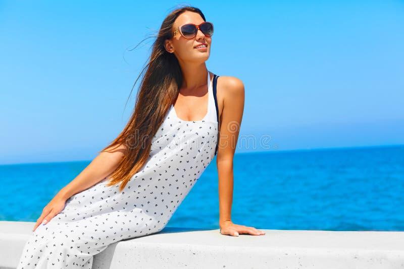Vacaciones de verano Muchacha con el pelo largo cerca del mar fotos de archivo