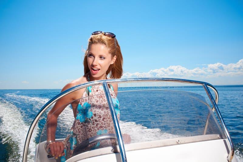 Vacaciones de verano - muchacha que conduce un barco de motor fotos de archivo