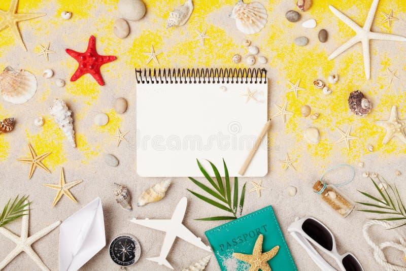 Vacaciones de verano, viaje y vacaciones de planificaci?n Cuaderno de los viajeros con los accesorios en la opini?n de top tropic fotos de archivo