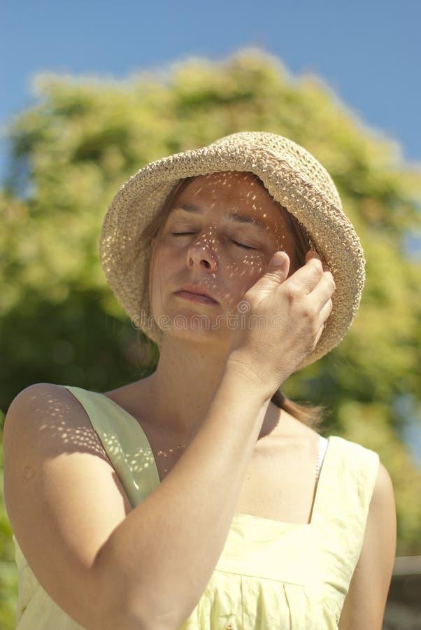 Vacaciones de verano y concepto de las vacaciones - mujer en vestido amarillo y imagenes de archivo