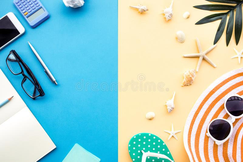 Vacaciones de verano y conceptos ocupados del trabajo con diversa forma de vida del accesorio en fondo colorido del espacio fotos de archivo libres de regalías