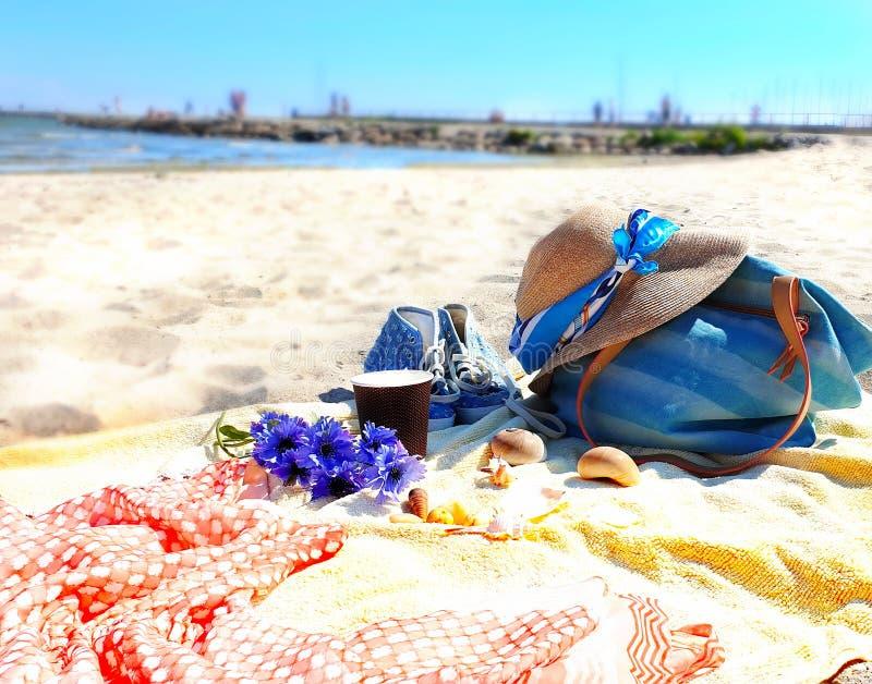 Vacaciones del día de fiesta de la ropa de la playa de la muchacha del verano en la taza amarilla de la toalla de la isla del sol imágenes de archivo libres de regalías