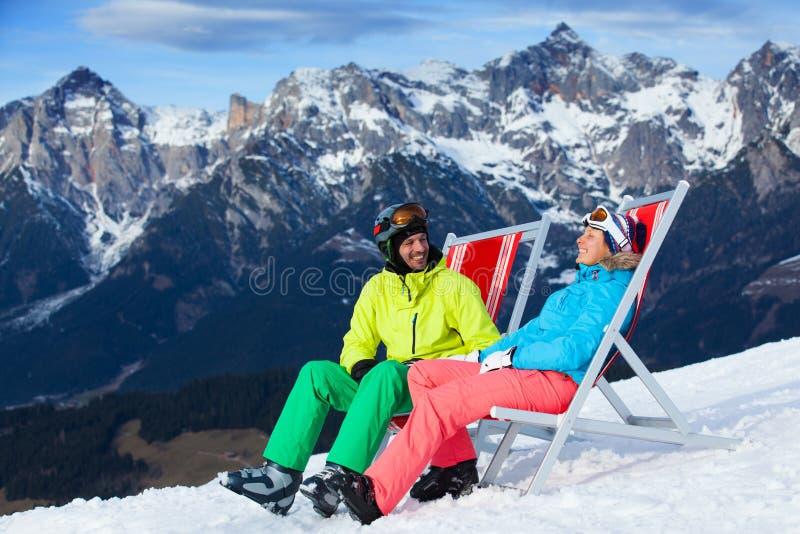 Vacaciones del esquí - esquiador de reclinación. imagen de archivo libre de regalías