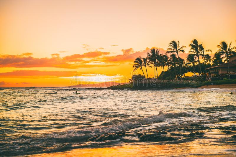Vacaciones del paraíso del verano de la puesta del sol de la playa de Hawaii imagenes de archivo