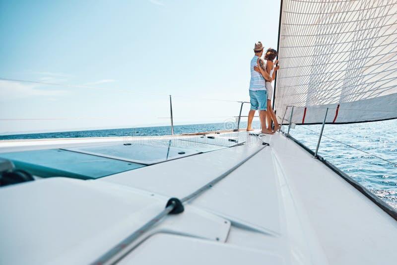 Vacaciones del viaje del día de fiesta del barco de cruceros - amantes que disfrutan de travesía imágenes de archivo libres de regalías