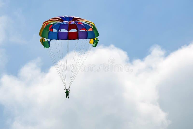 Vacaciones, deportes extremos - paracaídas colorido sobre el cielo con las nubes imágenes de archivo libres de regalías