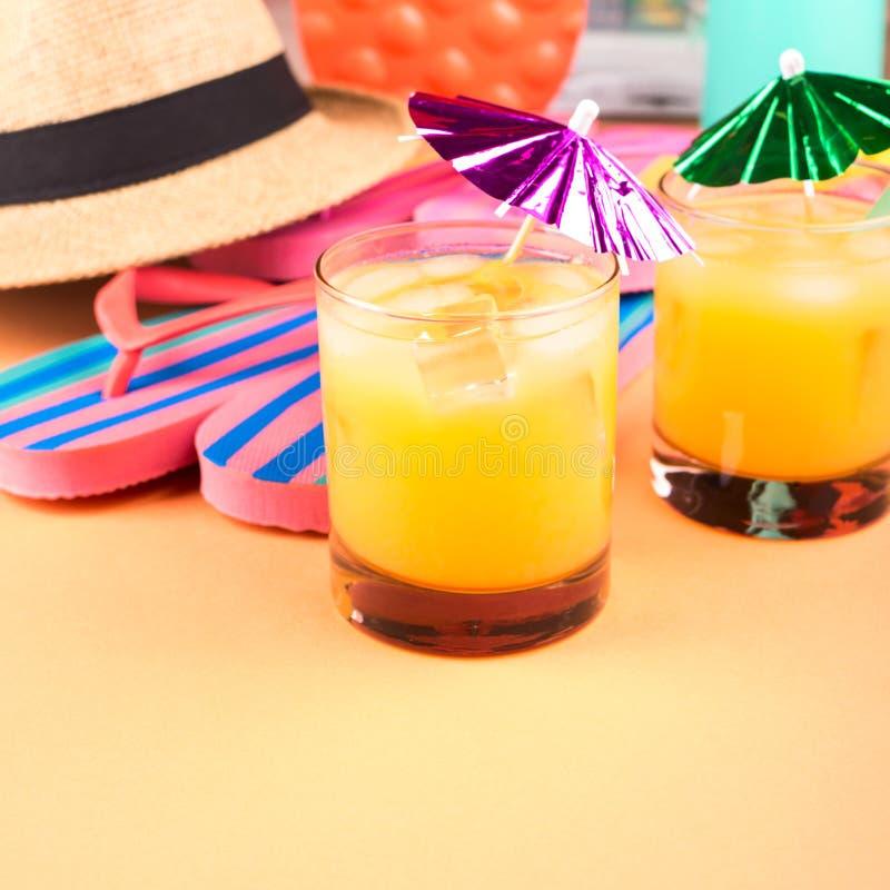 Vacaciones en el concepto de la playa con el cóctel del verano imagen de archivo