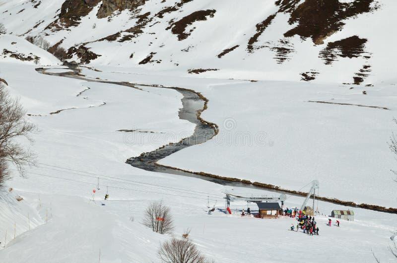Vacaciones en el invierno los Pirineos imagenes de archivo