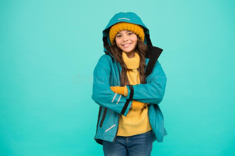 Vacaciones en invierno Ropa protectora Feliz niño sonriente Equipado adecuadamente Concepto de estación de esquí Colección de inv imagen de archivo