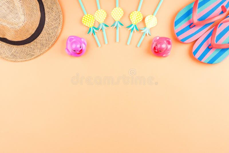Vacaciones en la playa con chancletas, patos divertidos imagen de archivo