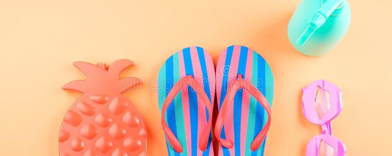 Vacaciones en la playa con chancletas, vidrios imagen de archivo libre de regalías