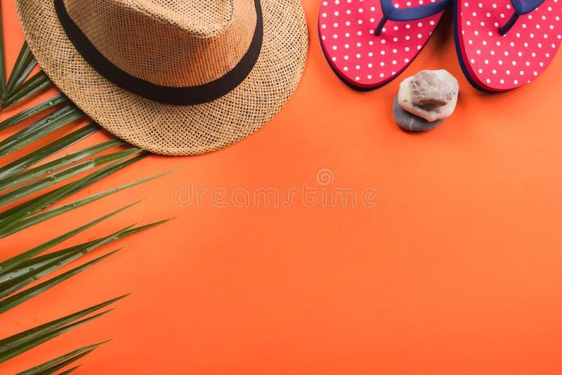 Vacaciones en la playa El plano pone en coral anaranjado imagen de archivo libre de regalías