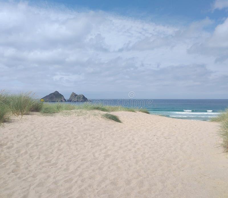 Vacaciones holywelbay newquay Cornwall polobscuro playa de verano mar arena imagen de archivo libre de regalías