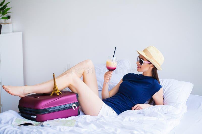 Vacaciones La mujer que se está preparando para la muchacha hermosa joven del resto se sienta en la cama Retrato de una mujer son imagen de archivo