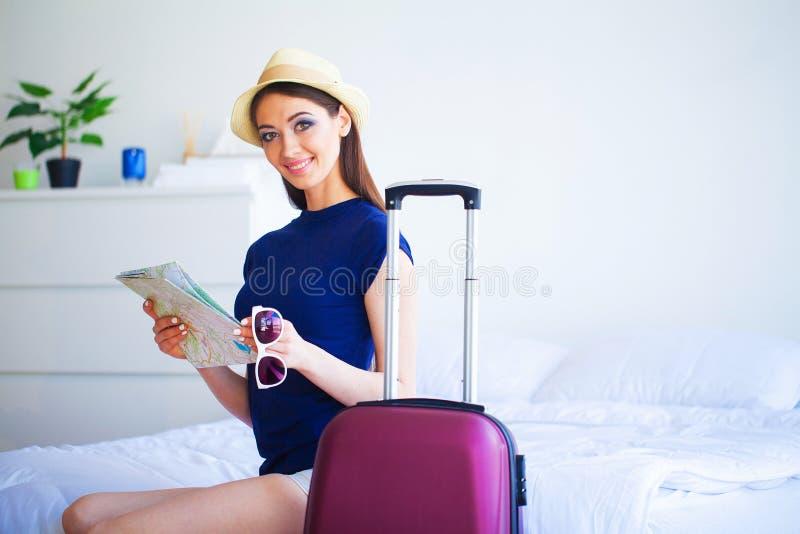 Vacaciones Mujer que se está preparando para la muchacha hermosa joven del resto fotos de archivo libres de regalías