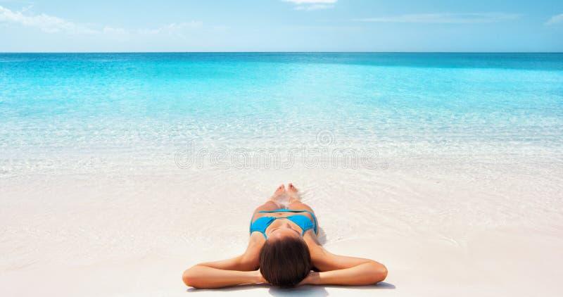 Vacaciones tropicales caribeñas en la playa - mujer de relajación bronceada Niña de Bikini tumbada sobre la arena blanca exótica fotos de archivo libres de regalías