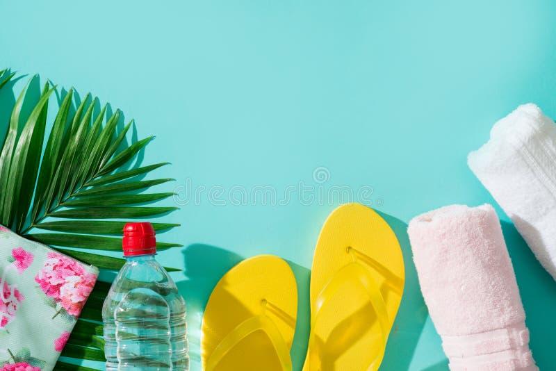 Vacaciones y accesorios de la playa del verano en fondo azul imagen de archivo libre de regalías