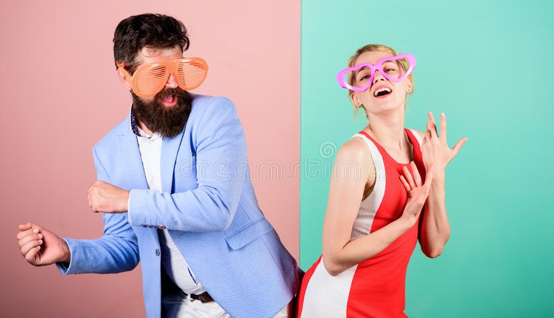 Vacaciones y moda de verano Frienship del hombre y de la mujer felices H imagen de archivo libre de regalías