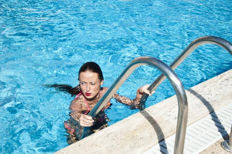 Vacaciones y viaje de verano a Maldivas Mar Mediterráneo droga Balneario en piscina Miami Beach es soleado swag Muchacha con los  fotografía de archivo libre de regalías