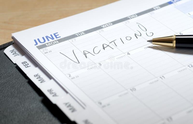 Vacances écrites en juin sur un calendrier photos stock
