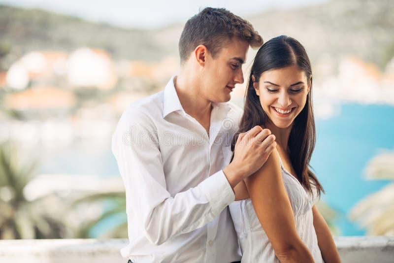 Vacances affectueuses de dépense de couples sur la piscine tropicale de station de vacances Lune de miel de nouveaux mariés sur l photographie stock libre de droits