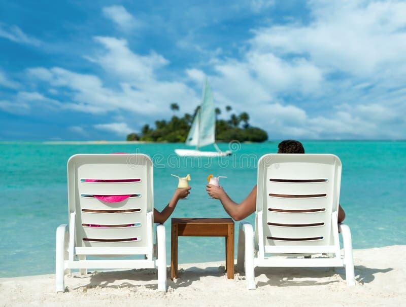 Vacances au bord de la mer avec des cocktails sur le fond de l'île photos stock