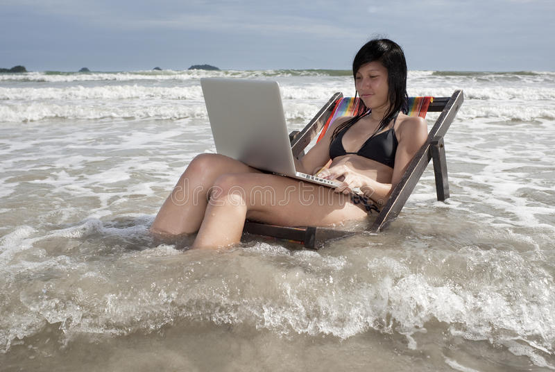 Vacances avec l'ordinateur portatif photo stock
