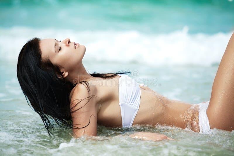 Vacances, bonheur et station de vacances La femme ont le beau corps image libre de droits