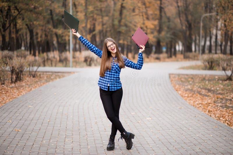 Vacances d'été, éducation, campus et concept adolescent - étudiante de sourire dans des lunettes noires image libre de droits