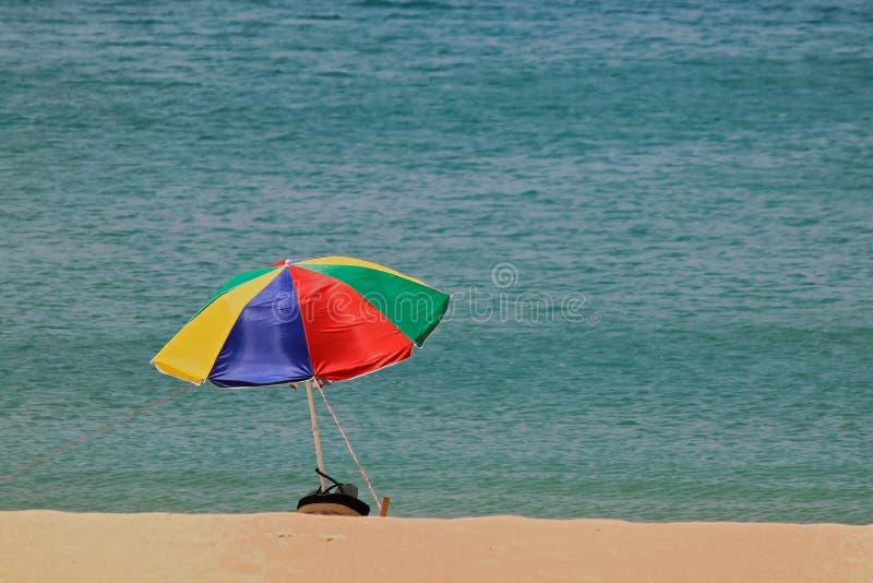 Vacances d'été colorées de parapluie de plage phuket Thaïlande image stock