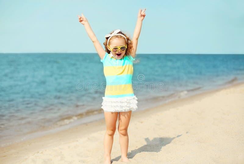 Vacances d'été, concept de voyage - enfant de petite fille ayant l'amusement sur la plage photos stock