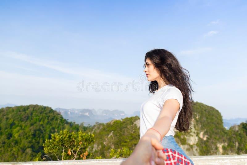 Vacances d'été de montagnes de couples, personnes masculines de main de belle prise de jeune fille photographie stock libre de droits