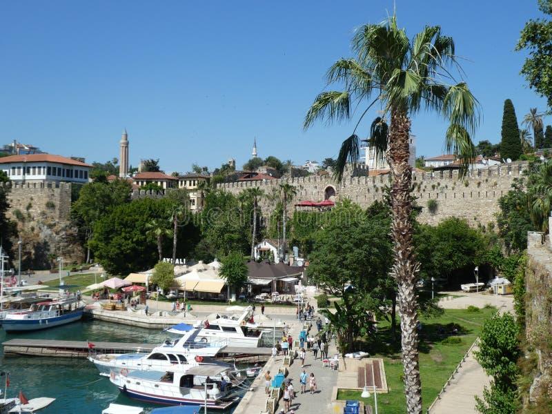 Vacances d'été de ville de dinde d'Antalya de vue de port de Kaleichi vieilles photo stock