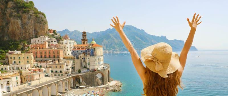 Vacances d'été en Italie Vue arrière panoramique de jeune femme avec le chapeau de paille avec les bras augmentés regardant le vi photo libre de droits