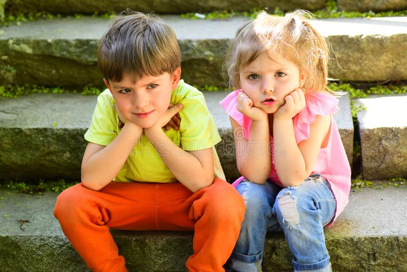 Vacances d'été et vacances couples de petits enfants Garçon et fille L'enfance aiment d'abord meilleurs amis, amitié et photos libres de droits