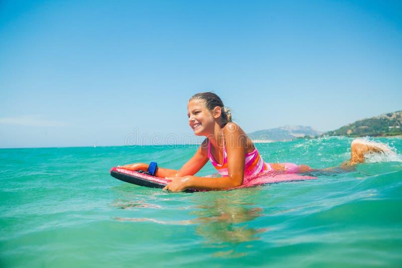 Vacances d'été - fille de surfer. photographie stock