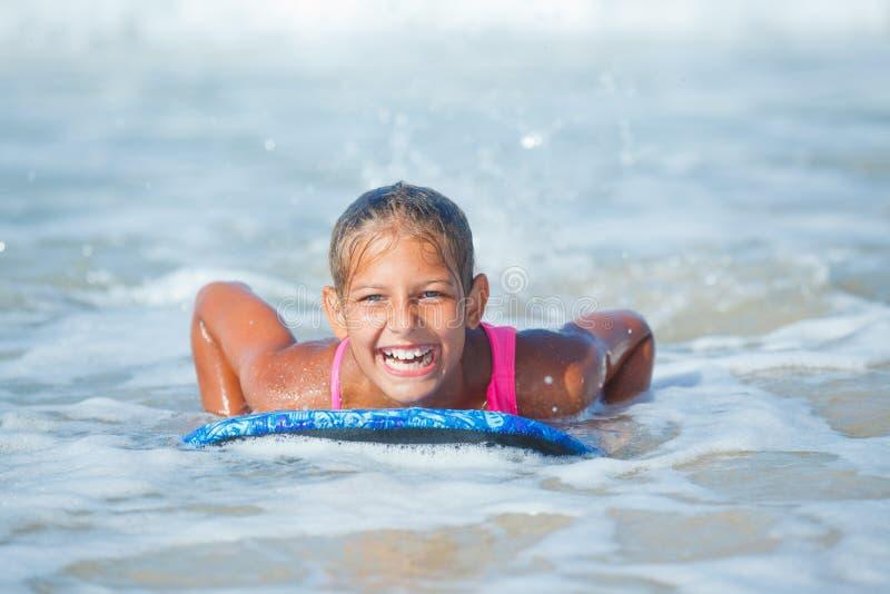 Vacances d'été - fille de surfer. image libre de droits