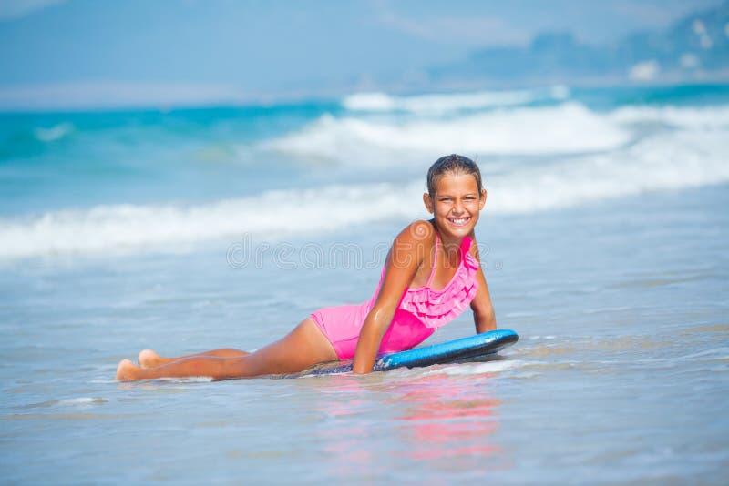 Vacances d'été - fille de surfer. photo libre de droits