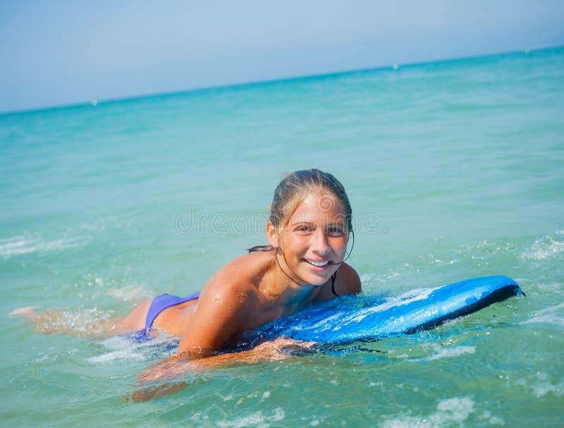 Vacances d'été - fille de surfer. photographie stock libre de droits