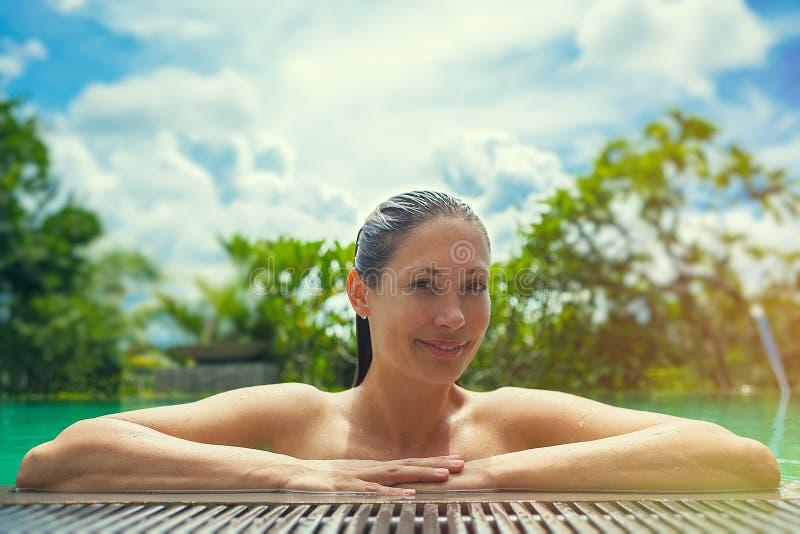 Vacances d'été par la piscine Belle femme ayant l'amusement photographie stock