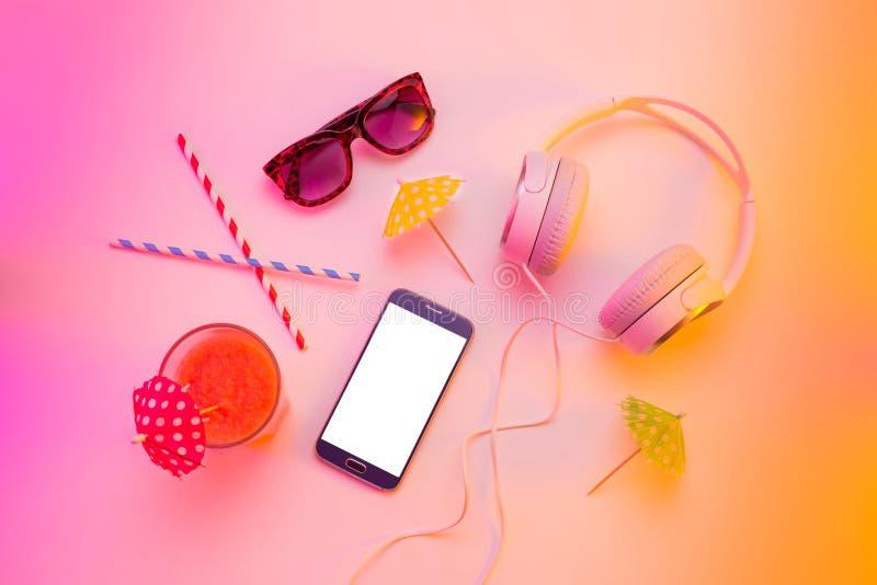 Vacances d'été - smartphone, écouteurs, lunettes de soleil photographie stock